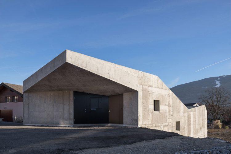 Местная студия Anako Architecture приобрела землю на этом пологом участке для своего архитектурного проекта.